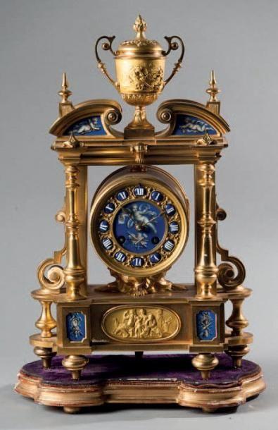 Pendule portique en bronze ciselé, doré et...
