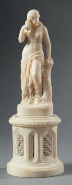 Sculpture en ivoire représentant Vénus se...