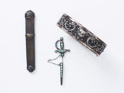 Lot en argent 800 millièmes composé d'un bracelet jonc ouvrant décoré d'animaux...