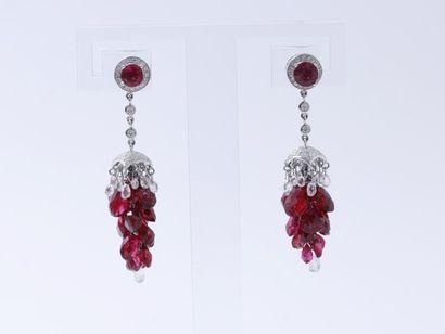 Rare et élégante paire de pendants d'oreilles,...