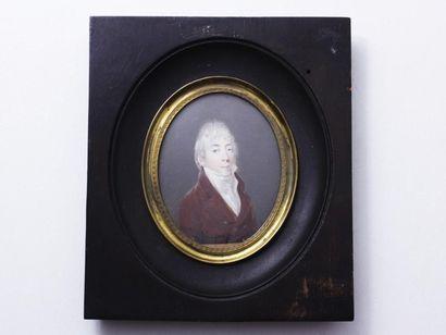 Portrait miniature ovale peint sur ivoire...
