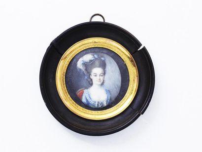 Portrait miniature ovale peint sur ivoire d'une jeune femme en robe bleue sur un...