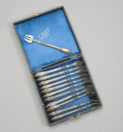 Série de douze fourchettes à huîtres en argent...