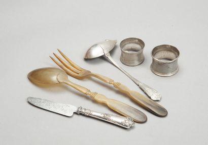 Lot en argent composé de deux ronds de serviette, une cuiller à sauce et un couteau...