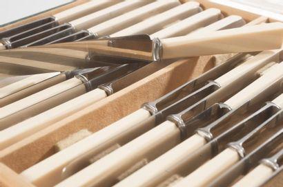 Série de douze couteaux de table et douze...