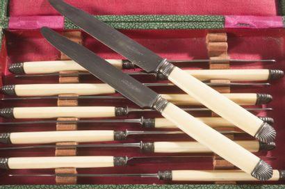 Série de douze couteaux à fromage, les manches...