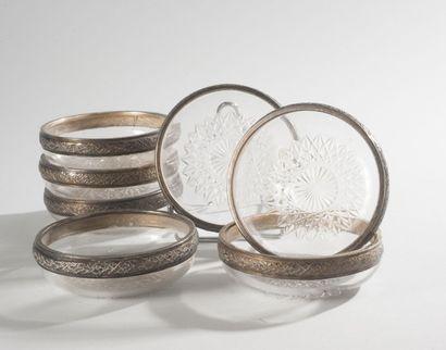 Série de sept rince-doigts en verre taillé,...
