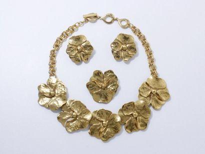 YVES SAINT LAURENT Parure en métal doré composée d'un collier, d'une paire de clips...