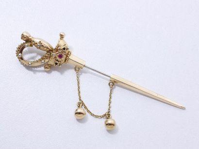 Broche épée en or 750 millièmes, la garde...