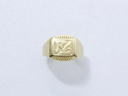 Bague chevalière en or 750 millièmes, chiffrée....