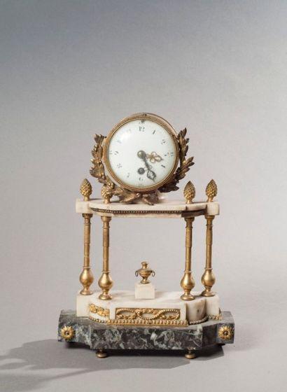 Pendule portique en bronze doré et marbres...