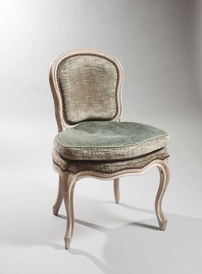 Chaise en bois mouluré relaqué crème à dossier...