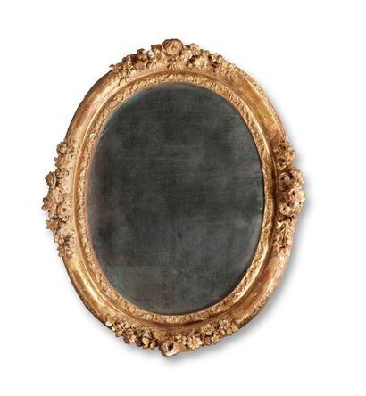 Cadre ovale en bois sculpté et doré à...