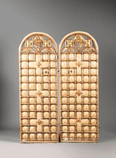 Deux portes en bois laqué  crème et or à...