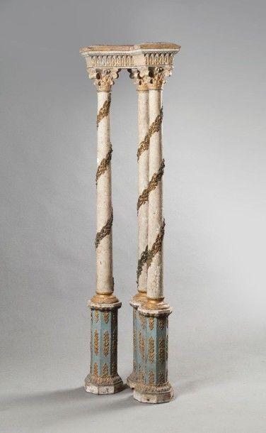 Elément d'architecture à  triple colonnes,...