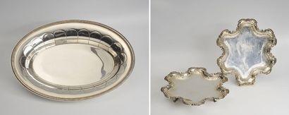 Lot en métal argenté composé d'une paire de plateaux de présentation à bordure chantournée...