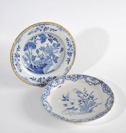DELFT Deux assiettes à décor de volatiles et haies fleuries. XVIIIe siècle. (Petits...