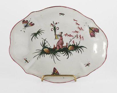 EST Ravier polylobé en faîence à décor polychrome d'un chinois dans un paysage. Fin...