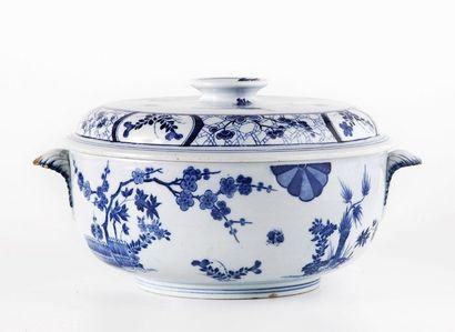 CREIL et MONTEREAU Soupière ronde couverte à décor en camaïeu bleu du modèle Japon...