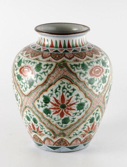 Pot de forme balustre en porcelaine blanche décorée en émaux polychromes de médaillons...