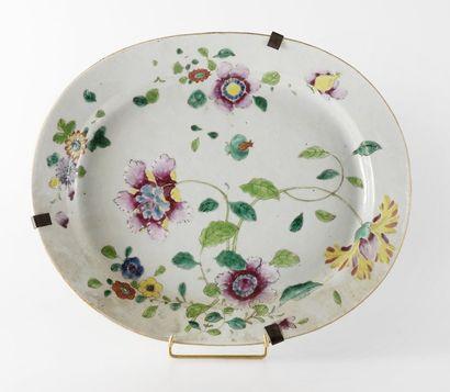 Plat ovale en porcelaine à décor floral émaillé...
