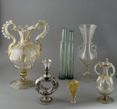 Deux flacons de pharmacie en verre teinté. XVIIIe siècle. Haut. : 23,9 et 25,2 ...
