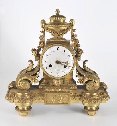 Pendule en bronze ciselé et redoré, à l'or...
