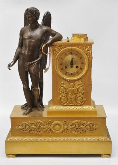 Pendule à la Renommée en bronze doré et bronze...