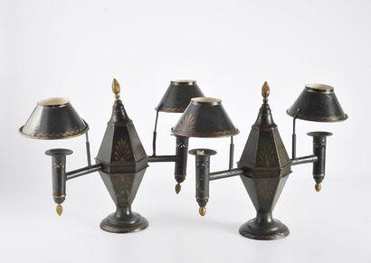 Paire de lampes à deux lumières en tôle laquée...