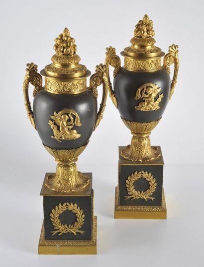 Paire de vases ovoïdes en bronze ciselé,...