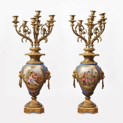 Paire de candélabres en bronze doré et porcelaine....