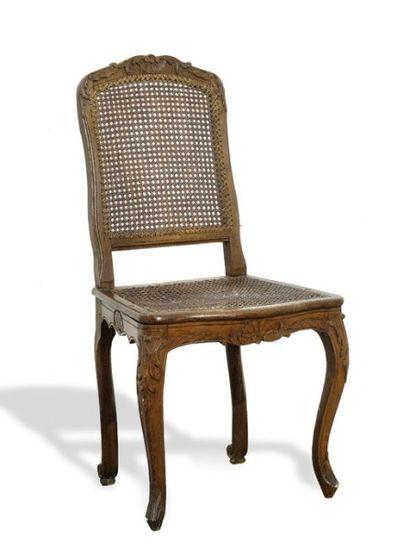 Chaise à dossier plat, en hêtre naturel sculpté...