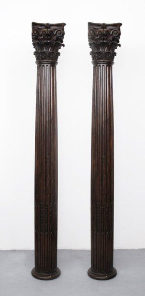 Paire de colonnes en bois naturel sculpté....