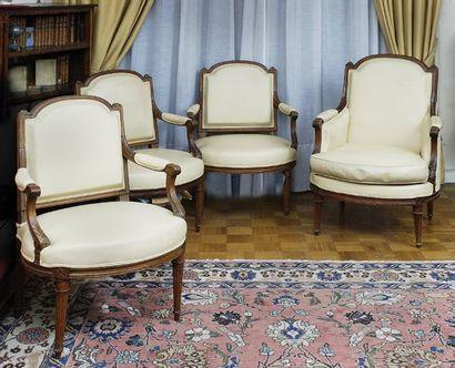Suite de trois fauteuils et une bergère à...