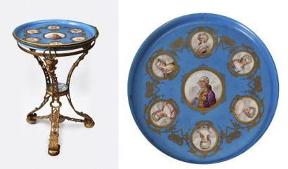 Guéridon en bronze doré présentant un plateau en porcelaine à fond turquoise rehaussée...