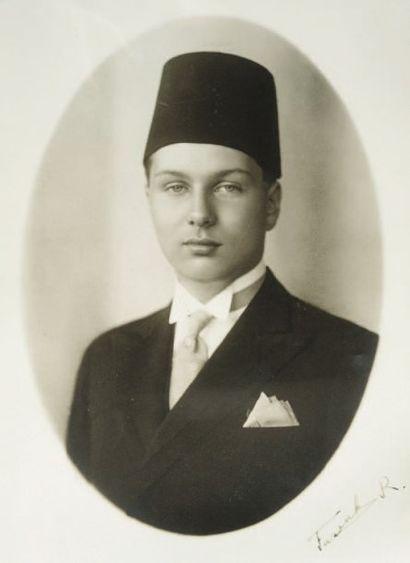 FAROUK Ier [Mit Aboul Kom, 1918 - Le Caire, 1981], roi d'Égypte. Photographie avec...