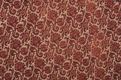 Un côté de rideau, toile à fleurs sur fond...