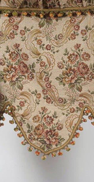 Lot  - Une courtepointe à motifs de fleurs...