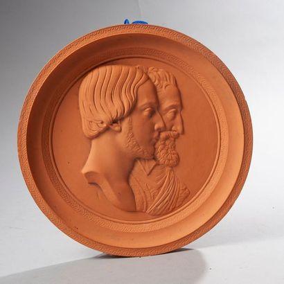 Médaillon en terre cuite orné des profils de Henri, comte de Chambord et du roi...