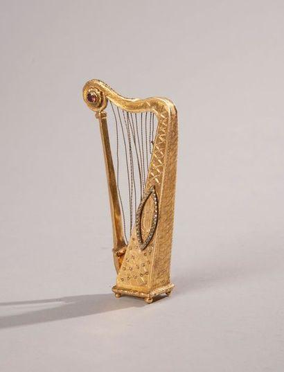 BOITE A MUSIQUE en forme de harpe en or gravé...