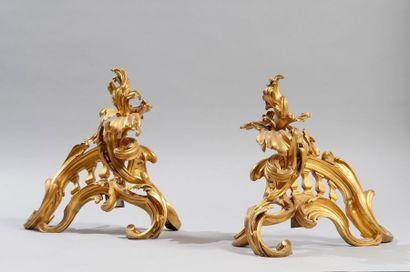 PAIRE DE CHENETS en bronze ciselé et doré...