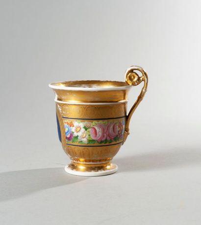 CHARLES X Tasse en porcelaine de forme légèrement...
