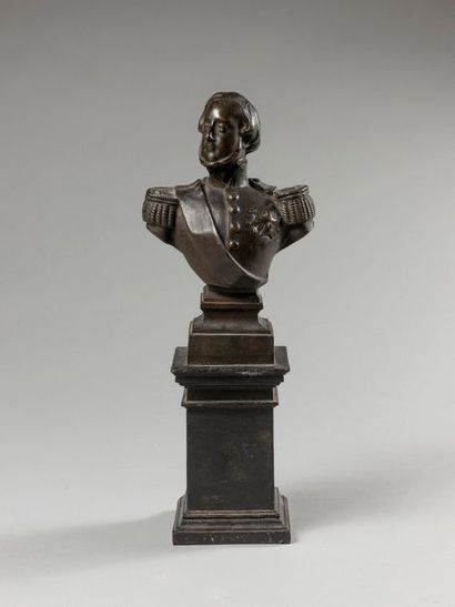 HENRI, COMTE DE CHAMBORD (1820-1883). Buste en fonte de fer le représentant en uniforme...