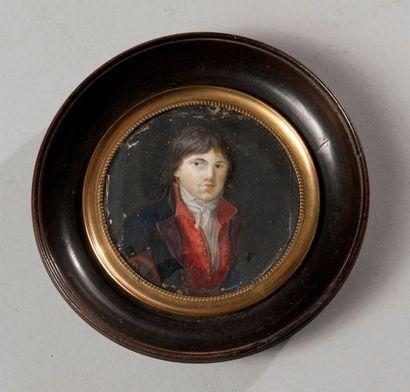 REVOLUTION  Portrait miniature rond peint sur ivoire d'un homme en buste en veste...