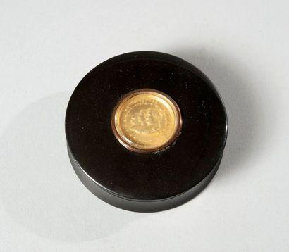 DRAGEOIR de forme ronde en écaille brune, le couvercle orné d'une rare médaille...
