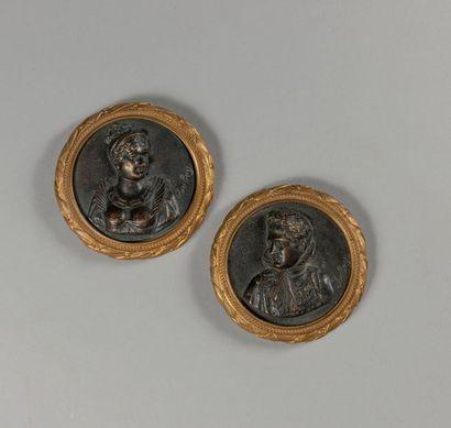 PAIRE DE MEDAILLONS en bronze repoussé représentant...