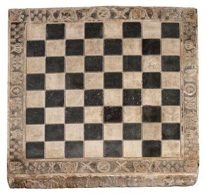 ECHIQUIER en pierre à décor des symboles du Ier Empire : abeilles, N dans couronne...