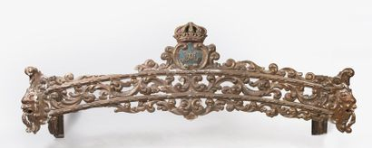 LAMBREQUIN POUR FENÊTRE DE LA REINE MARIE-AMÉLIE DU PORTUGAL (1889-1908). En bois...
