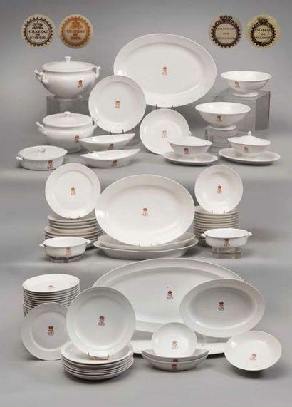 SERIE DE 12 ASSIETTES à potage en porcelaine, provenant du service des Offices du...
