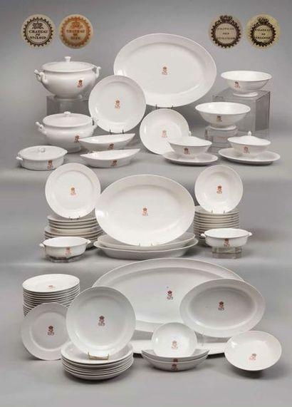 SERIE DE 12 ASSIETTES PLATES calibrées en porcelaine, provenant du service des Offices...